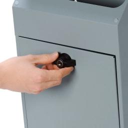 ガルバリウム製レトロポスト 使いやすいひねり錠。鍵を使わなくても開閉できます。
