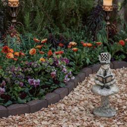 カナダ製ラバーエッジングシリーズ 1段 お得な2個組(幅120cm×2個=240cm分) 使用イメージ(ア)ブラウン×2 ※夕暮れの撮影のため、実際の商品色より濃く写っています。商品色は別写真を参照ください。