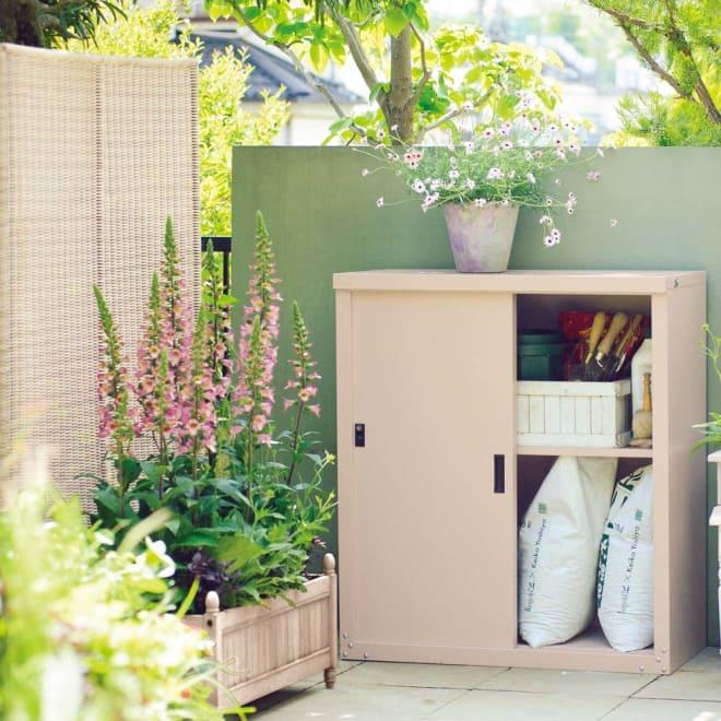 引き戸物置 吉谷さんコラボカラー・グレージュ レギュラーロー ポリタンクや長物にも対応する可動棚付き。