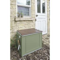 欧風収納ベンチ〈セージグリーン〉 幅60cm セージグリーン色のベンチが、クラシックな石材をあしらった小屋のアクセントに。