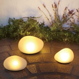 LEDソーラーストーンライト Mサイズ1個・Lサイズ1個 [点灯時]手前:Mサイズ×2、奥:Lサイズ。お届けはMx1、Lx1 計2点です。