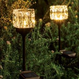 キューブソーラーライト2本組 一点一点手作りのガラスシェードが生む、ゴージャスな光の陰影。周囲の植物に合わせて3段階に高さ調節できます。