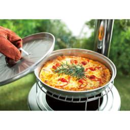 薪&炭が使える KAMADO用ピザグリル&スタンド 上に設置時 グリル&スタンドを使えばあつあつピザも簡単。