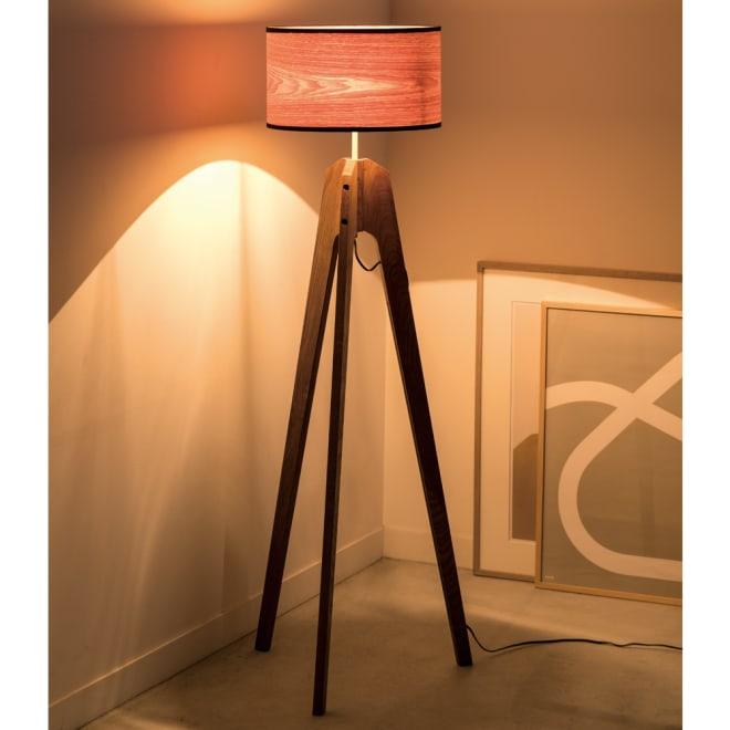 LORENZ/ロレンツ 天然木フロアランプ 点灯時 木肌の風合いを活かした北欧風のフロアランプ。突板でできたシェードは、点灯するとあたたかな光とともに年輪を透かし、お部屋をムーディーに照らします。