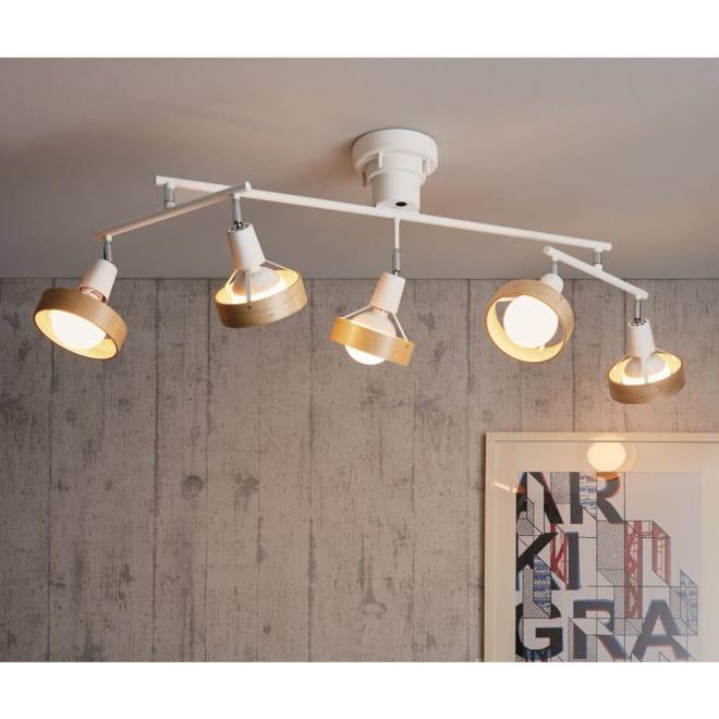 サン 5灯シーリングライト [点灯時]ホワイト スチールと木のリングの組み合わせがスタイリッシュ。