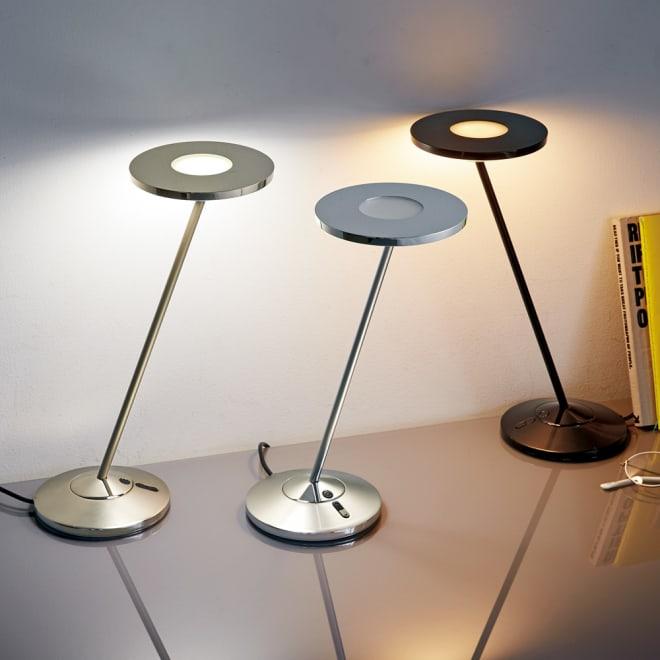 LUPINUS/ルピナス EK270シリーズ 左から(ア)ゴールド 昼白色点灯時、(イ)シルバー 消灯時、(ウ)ブラック 電球色点灯時 独自の導光体に光を通過させることで、他にはない目にやさしい「静かな光」を実現したデスクライトです。