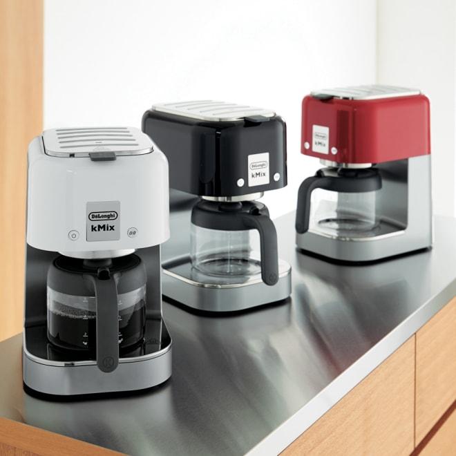 DeLonghi K‐MIX/デロンギ ケーミックス ドリップコーヒーメーカー 左から(ア)ホワイト、(イ)ブラック、(ウ)レッド ハンドドリップのように時間をかけて蒸らし、アロマを最大限に引き出しながら抽出。ステンレスフィルターなので油分も逃さず、いつものコーヒーがワンランク上の味わいに。