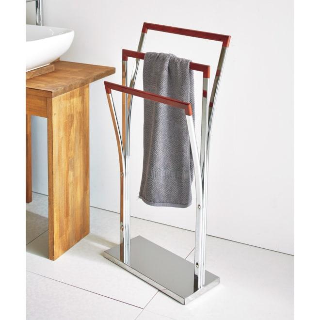 MDN タオルハンガー 幅42cm モダンな洗面所にぴったりのタオルハンガーです。クロムメッキとダークブラウンの配色がスタイリッシュなデザインです。