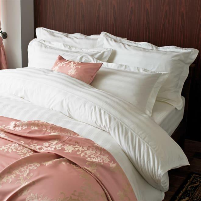 サティーンストライプ カバーリング ベッドシーツ [使用イメージ]ホワイト シルクのようになめらかなコットン製です。 ※お届けはベッドシーツです。