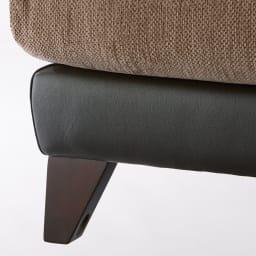 Aramis/アラミス ミックス革張りトリプルソファ 3人掛け 脚部は床をキズ付けにくく、あたたかみのある木製。