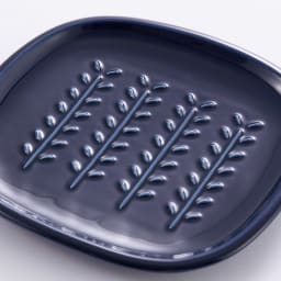 サクサクのパンを楽しめる! CRUST パン皿1枚 (イ)ネイビー…落ち着いたトレンドカラーの藍色は、お料理に合わせやすく使いやすいカラーです。