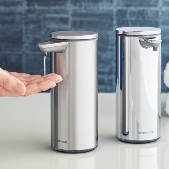 simplehuman シンプルヒューマン センサーソープディスペンサー 左から(ア)マットシルバー、(ウ)シルバー タッチフリーで衛生的に使えるオートディスペンサー。経済的な充電式で、ソープ量の調節も簡単でムダ使いも防止できます。美しい佇まいと充実機能はシンプルヒューマンならではです。