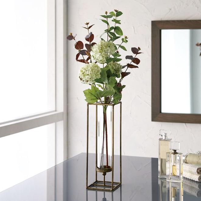 CT触媒加工ガラスベース付きアレンジフラワー インテリアグリーン (ア)スノーボール 咲き誇る花の美しさをリアルに表現。アンティーク風の花器に、甘さを抑えた大人の雰囲気が香ります。