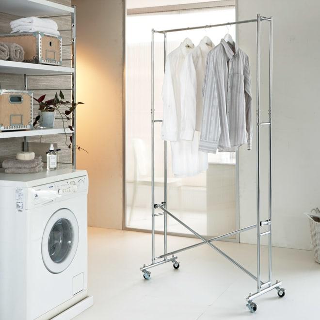 スチール製 幅伸縮ハンガーラック 洗濯機から取り出して洗濯物を干すのに便利なすき間ハンガー。キャスター付きだから女性でも移動が簡単にできます。