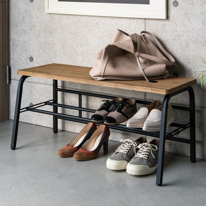 ラバーウッド玄関ベンチ 幅85cm スチールフレームに天然木の座面が映えるシックなデザイン。腰掛けたり荷物を置いたり、下段には靴もしまえて、玄関が美しく保てます。