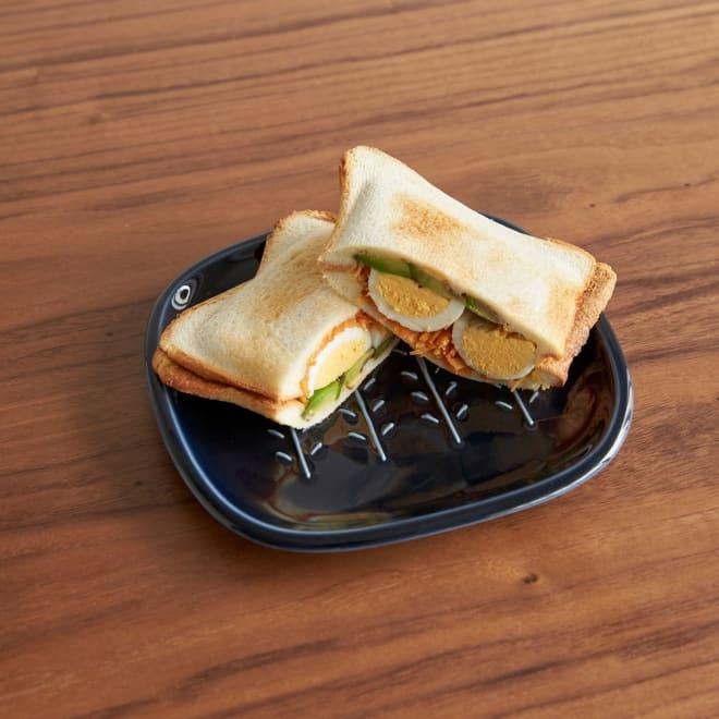 サクサクのパンを楽しめる! CRUST パン皿1枚 時間がたっても、カリッと焼きたてトーストが楽しめる不思議なお皿です。