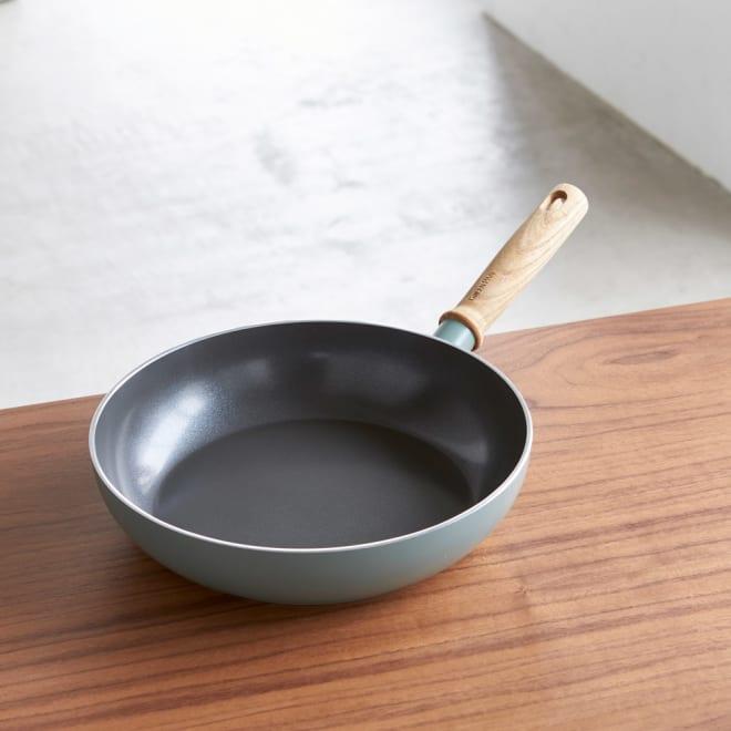 GREEN PAN/グリーンパン シリーズ フライパン 26cm 古きよき時代を思わせるノスタルジックな色合いで、キッチンの素敵なアクセントにも。
