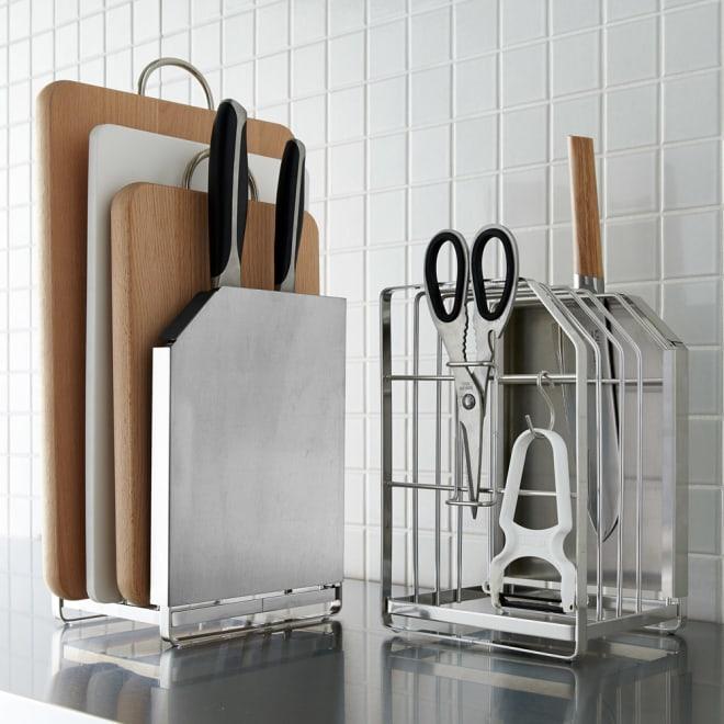オールステンレス製 包丁まな板スタンド 1個 お届けするのは1個です。(左が表側、右が裏側)包丁の刃先が隠れるデザインで、見せてもおしゃれなステンレス製のスタンド。まな板はもちろん、キッチンばさみもピーラーもまとめて収納できるので、調理作業も快適です。