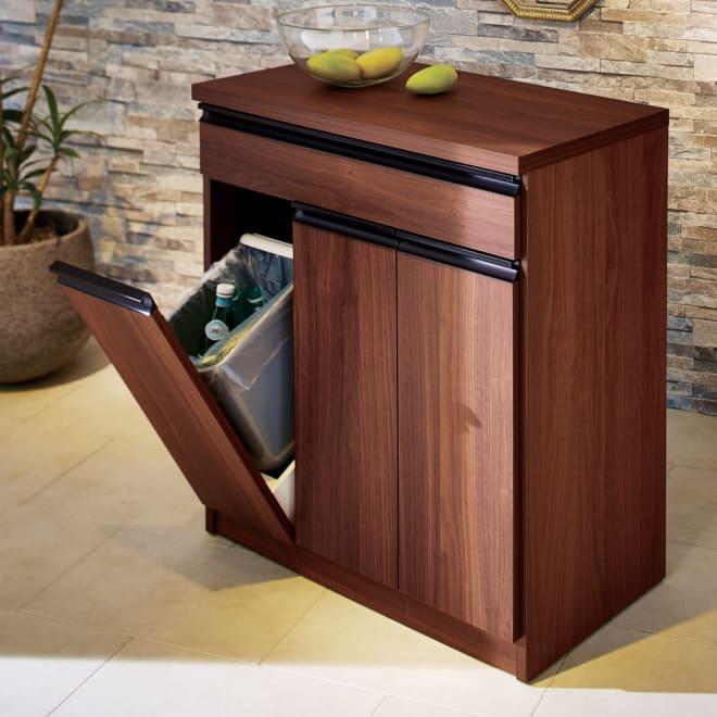 Gamlin/ガムリン 家具調ダストボックス 3分別 一見ダストボックスに見えないデザイン。扉を開けるとゴミ箱の蓋も自動で開き、ゴミをサッと投入できます。隠しキャスター付きで移動も楽々。