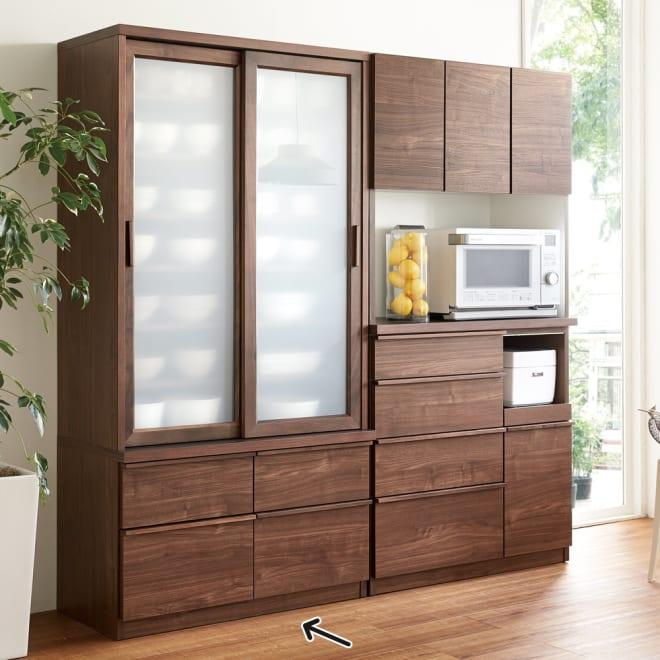 Elno/エルノ スライドボード・引き戸食器棚 幅90cm [コーディネート例]ウォルナット柄 ※お届けは左のスライドボードです。