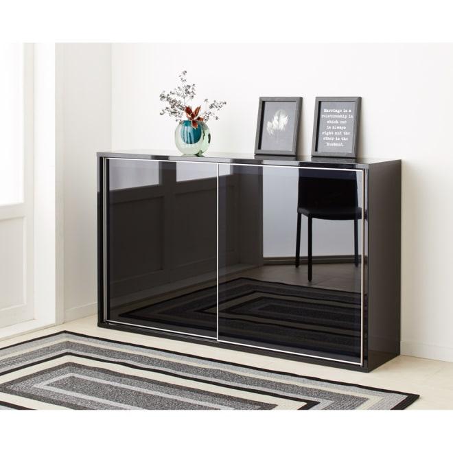 Evan(エヴァン) スライドシェルフ ロータイプ本棚 幅150cm ブラック クールな印象のブラックは、モノトーンスタイルにもおすすめです。