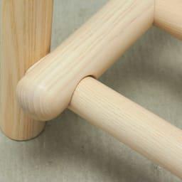 Ridge/リッジ A型天然木ハンガーラック 幅103cm 下の棚部分も丸いアッシュ材を使用。丁寧に削り、ぴったりと組み合わせています。