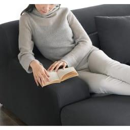 Mukava/ムカヴァ カバーリングローソファ ソファセット 肘掛けは幅が広く、ソファに腰掛けながら、本などを読むことができます。