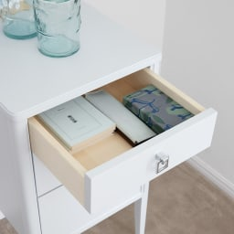 Grand Blue/グランブルー コンパクトシリーズ サイドテーブル幅50cm コンパクトな引き出しには文具類や常備薬、鍵や充電器など、こまごました迷子になりやすいものをまとめて置くのに便利です。