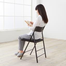 PocketCushion イタリア製フォールディングチェア クッションタイプ モデル身長157cm「背中がちょうどよい位置で支えられます。細く見えるデザインなのに、座ってみると安心感がありますね」