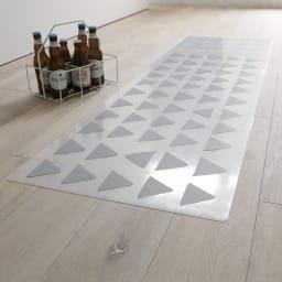 KOLMIO/コルミオ 透明キッチンマット (イ)ライトグレー さりげないパターン模様がキッチンを足元からセンスアップ。