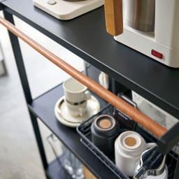 Tower/タワー キッチンラックシリーズ キッチンラック 3段 上部の木製バーは、タオルや小物のちょい掛けとしても。