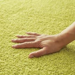 ふわふわソフトタッチタイルマット 同色組 【ボリューム感のあるふかふかな踏み心地】毛足は約12mm。ボリューム感のあるソフトな肌触りで思わず寝転びたくなる質感です。イエローグリーン使用
