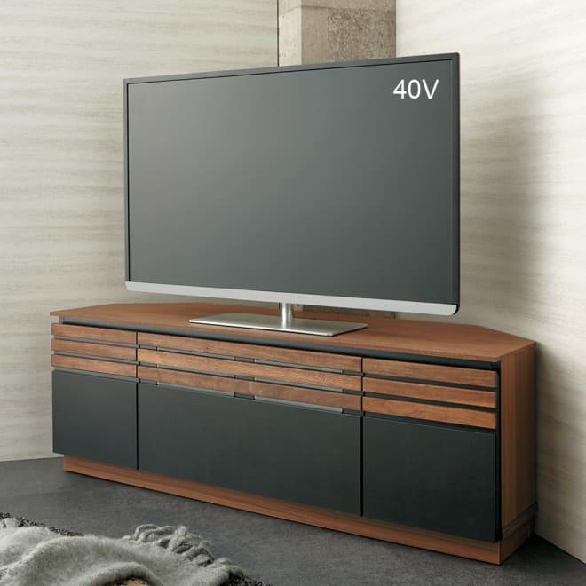 AlusStyle/アルススタイル リビングシリーズ コーナーテレビ台 幅119.5cm 使用イメージ ウィルナットの無垢材と、ブラックレザー調の素材の組み合わせが魅力。