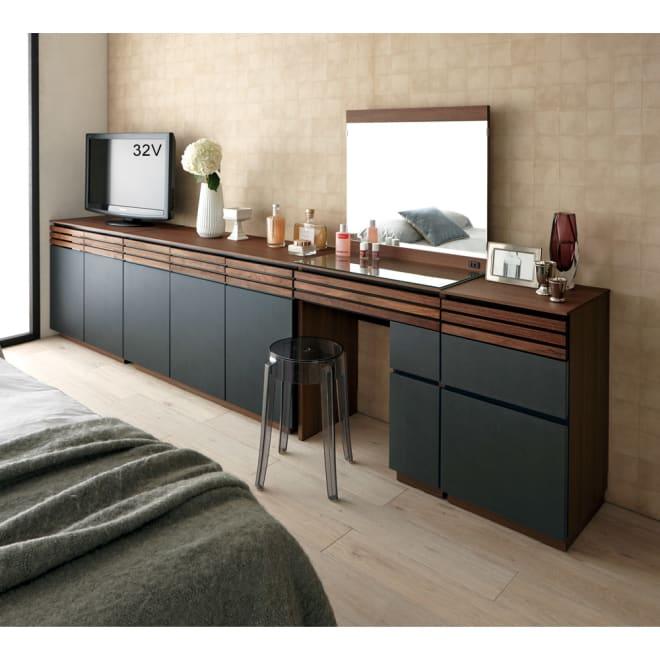 AlusStyle/アルススタイル 薄型ホームオフィス サイドチェスト 使用イメージ ウォルナットの無垢材と、ブラックレザー調の素材の組み合わせが魅力。