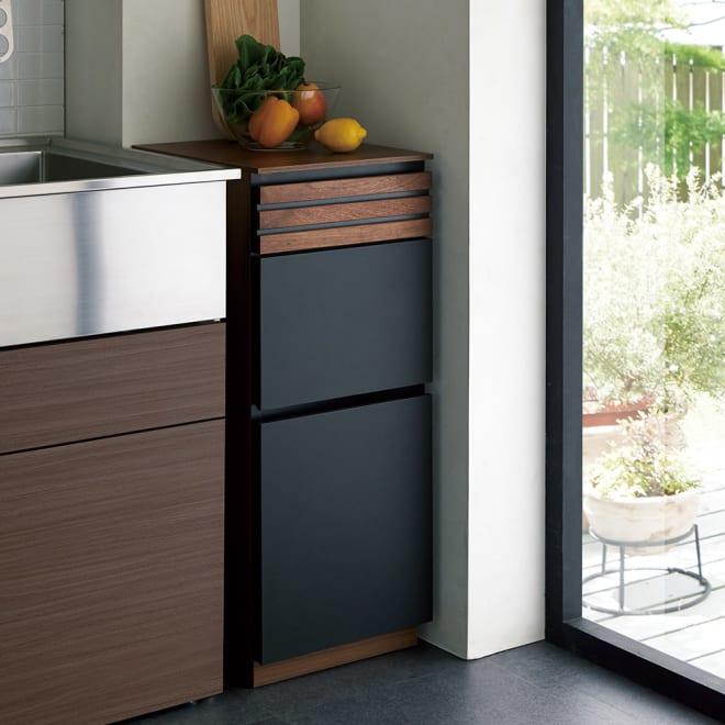 AlusStyle/アルススタイル 隙間収納 ロータイプ(高さ85.5cm) [使用イメージ]キッチンの隙間において、調理スペースを追加すればキッチン作業もスムーズ。