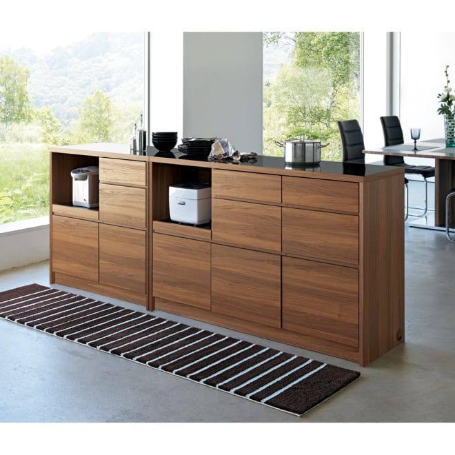 Granite/グラニト アイランド間仕切りキッチンカウンター幅140cm 家電収納付き シリーズ組み合わせ例 シャープなシルエットと、ブラック×ウォルナット調の組み合わせがシックでモダンな雰囲気。