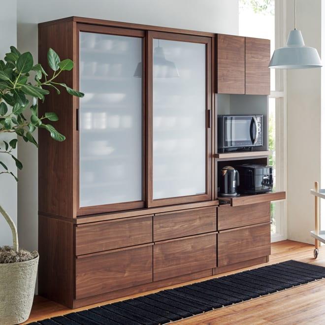 Elno/エルノ スライドボード・引き戸食器棚 幅120cm コーディネート例 (ア)ウォルナット柄 省スペースながらたっぷり充実の収納木目柄のシックな表情も魅力