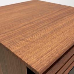 AlusStyle/アルススタイル 薄型ホームオフィス サイドチェスト 天板にはウォルナット柄をリアルに再現した、キズ汚れに強い強化紙を採用。
