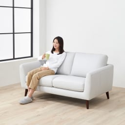 Luola/ルオラ 総革張りレザーソファ ラブソファ(2人掛け) モデル画像 程よく柔らかい座り心地のクッションです。  (Nホワイトは写真よりもライトグレーに近い色味となります)