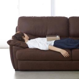 Suklaa/スカラー レザー調ソファ 3人掛け 肘を枕にすると、ついうたた寝したくなる座り心地のソファです。