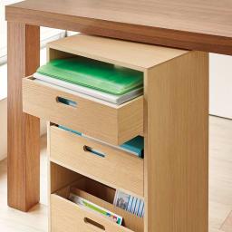 A4ファイルが入るマルチワゴン 開口部から収納でき、テーブル下に収まる高さ。