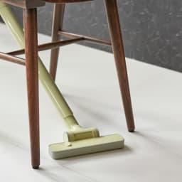 ±0/プラスマイナスゼロ コードレスクリーナーVer.3特別セット 小さすぎず、大きすぎないヘッド幅。椅子の脚の間や隙間の掃除に小回りが利くサイズ設計です