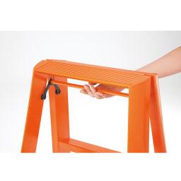 METAPHYS/メタフィス アルミステップ「ルカーノ」 3段 広げればしっかり安定感があり、ワンタッチバーにより簡単に折りたたみできます。