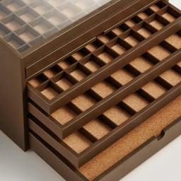 ディスプレイジュエリーボックス 幅40 cm 引き出しの底は、全段コルク張りになっています。