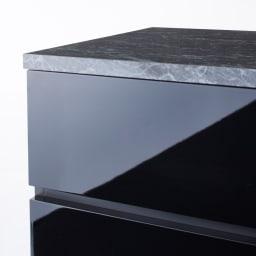 Nome/ノーム サニタリーチェスト 幅60奥行30cm (イ)ブラック前面アップ。つやが美しくお手入れのしやすいポリエステル化粧合板を使用しています