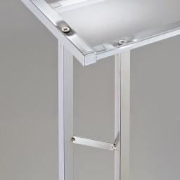 アクリル棚 ハンガーラック 幅71cm メタル支柱が背面から斜めに支えるデザインで、シンプルさを追求しました。