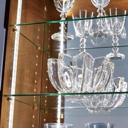Rigel/リーゲル LEDライト付きコンパクトキュリオケース 厚みのあるガラス棚板とコレクションアイテムをくまなく見せるミラーなど、小さくても本格的なつくり。