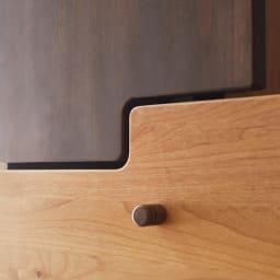 Mitte/ミッテ リビングチェスト ハイタイプ高さ118cm 前板はアルダーの無垢材を使用。無垢材を使用することで可能になる、特徴的な扉や前板の形もポイントです。