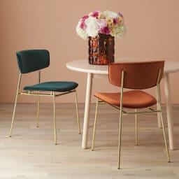 Fifties/フィフティーズ ダイニングチェア [Calligaris・カリガリス] [コーディネート例]あえて木製のテーブルと組み合わせて甘辛のスタイルに。