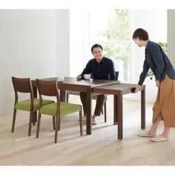 伸長式テーブル 幅130~215cm Vilske/ヴィルスク 伸長式ダイニングシリーズ 木部・ダークブラウン、チェアカバーはグリーン 引き出して使える伸長式ダイニングセット